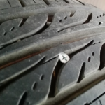 タイヤのパンク原因と種類・状況別の対処法!交換手順や修理料金も